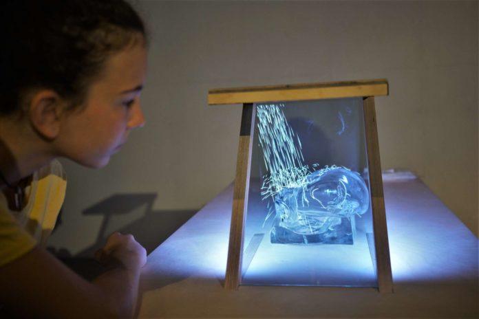 """Es regnet auf Steine: """"Mirages & miracles"""" bietet einen künstlerischen Zugang zum Thema, der auch optisch zu beeindrucken weiß."""