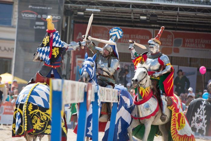 Spektakuläre Schwertkämpfe hoch zu Ross, dargeboten von echten Stuntmen: Auf solche Szenen dürfen sich die Besucher des Familienbund-Ritterfestes freuen.