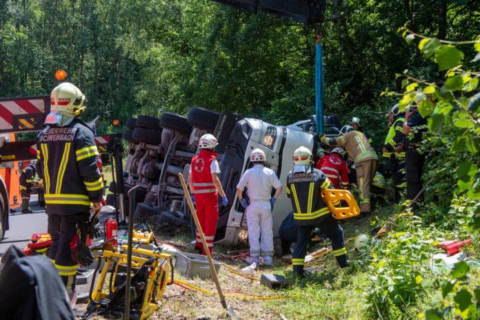 Umgekippt ist ein Betonmischwagen gestern Mittag in Treffling auf der Auffahrt zur A7. Der Lenker wurde eingeklemmt und musste von der Feuerwehr befreit werden.