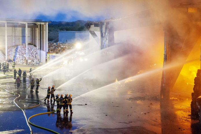 190 Feuerwehrleute standen im Einsatz. Die größte Herausforderung war, genug Löschwasser zu haben.