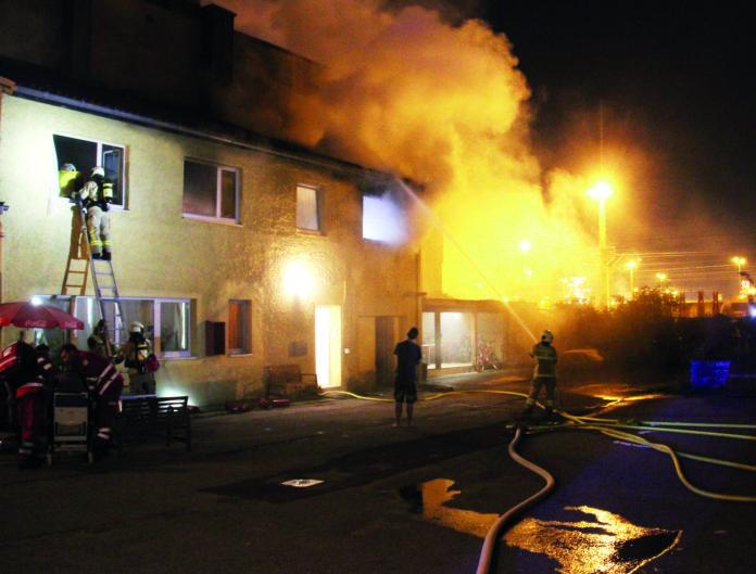 Zu gefährlichen Szenen kam es in der Nacht auf gestern bei Bränden in Linz (großes Bild) und Wels.