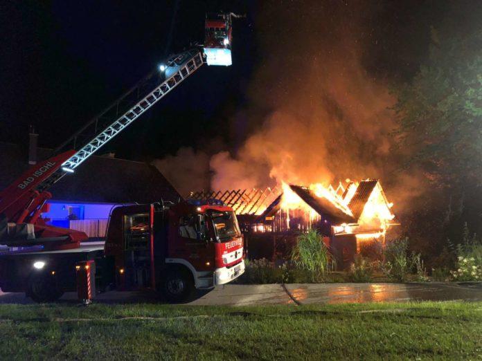 Dieser Holzstadel neben einem Wohnhaus wurde in Bad Ischl ein Raub der Flammen.