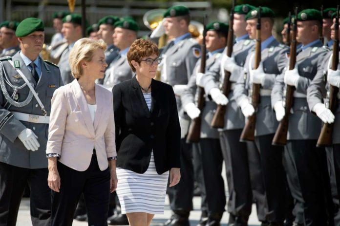 Ursula von der Leyen (links) begleitet ihre Nachfolgerin an der Spitze des Verteidigungsministeriums, Annegret Kramp-Karrenbauer, auf dem Weg zur Amtseinführung.