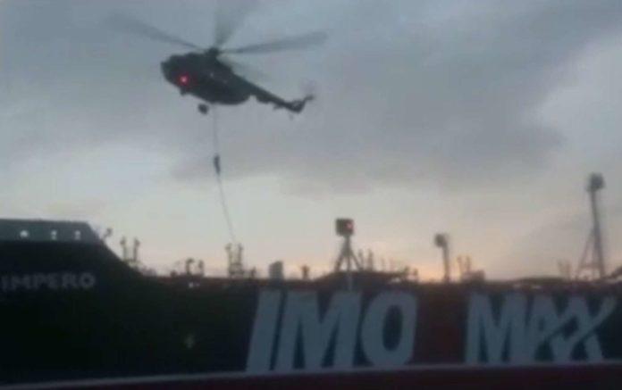 """Die iranischen Revolutionsgarden veröffentlichten ein Video, das zeigt, wie die """"Stena Impero"""" von Schnellbooten umzingelt wurde, bevor sich vermummte Einsatzkräfte aus einem Hubschrauber an einem Seil auf das Schiff hinabließen."""