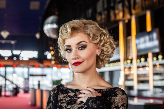 """Carmen Pretorius glänzt in der Hauptrolle von """"Chicago"""": Sie ist die Nachtclubsängerin Roxy Hart, die ihren Liebhaber erschießt ..."""