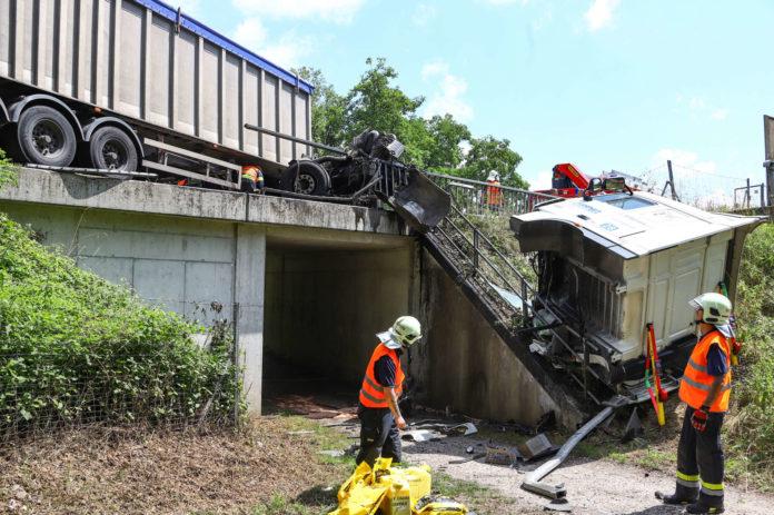 Einen Schwerverletzten forderte am Montag dieser Lkw-Unfall auf der Umfahrung Traun.