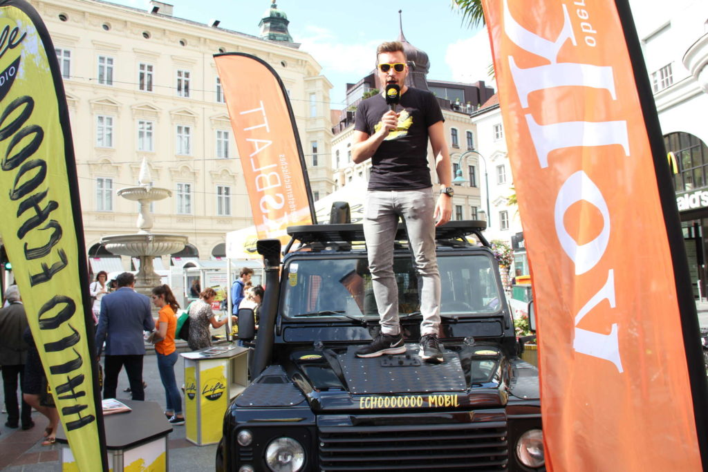 Life-Radio-Moderator Marco Tscharnig nutzte das Echomobil gleich als Bühne. © LifeRadio