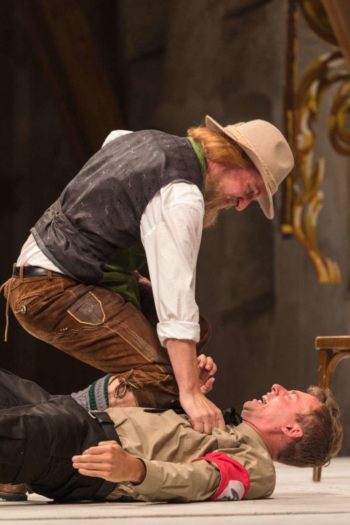 Der vermeintliche Tiroler Bauer (Sven Kaschte) drückt den Nazi Strassky (Jakob Hofbauer) zu Boden.