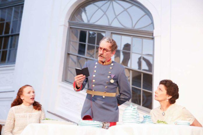 Von links: Magdalena Mair (Olympia), Hubert Wolf (Fürst Plata-Ettin), Karin Kienzer (Fürstin Eugenie)