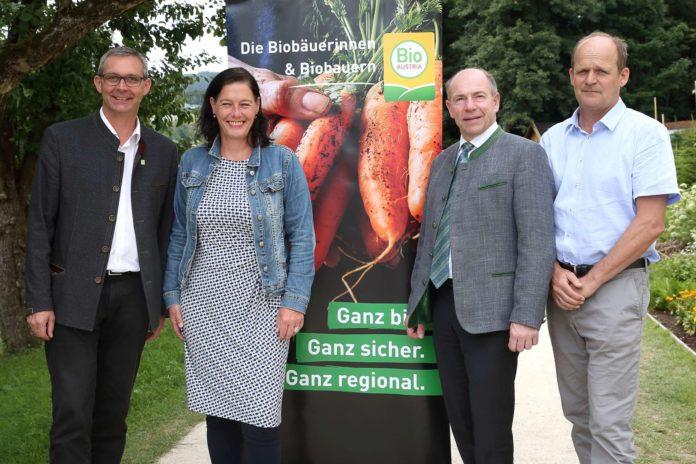 V.l.n.r: Franz Waldenberger (Obmann Bio Austria), Barbara Kneidinger (Geschäftsführerin Landesgartenschau), Landesrat Max Hiegelsberger, Johann Gaisberger (Direktor Bioschule Schlägl)