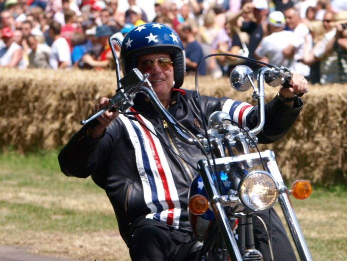"""So kannte man Peter Fonda aus dem Kultfilm """"Easy Rider"""", so präsentierte er sich auch später immer wieder gerne: Auf einer Harley Davidson."""