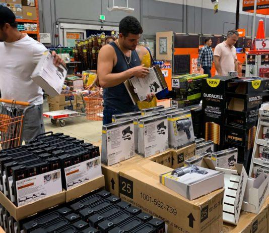 Sich mit den notwendigsten Vorräten einzudecken, hat für die Bewohner Floridas oberste Priorität.In einigen Supermärkten sind die Regale bereits leergeräumt, nachdem diverse Politiker den Menschen geraten haben, sich für den herannahenden Hurrikan zu rüsten.