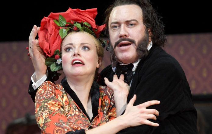 """Sie bleibt, er pausiert: Marie-Luise Stockinger und Nicholas Ofczarek in der Burgtheaterproduktion """"Schlechte Partie"""""""
