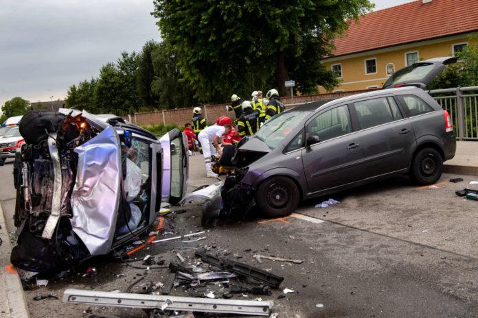 Durch die Wucht des Anpralles kippte der Wagen des Unfallverusachers zur Seite.
