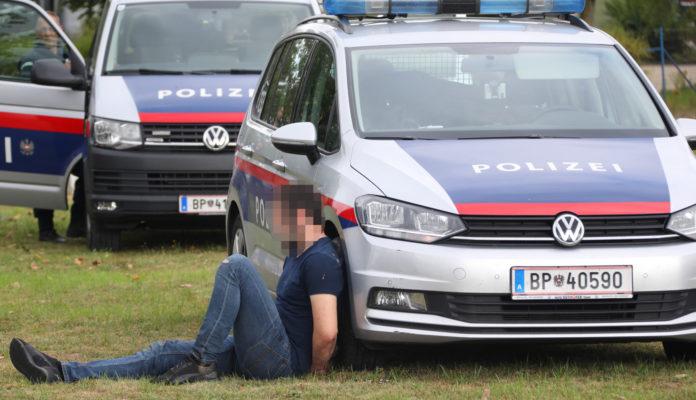 Ende eines brutalen Überfalls. Zwei Täter konnten rasch gefasst werden, der dritte ist noch auf der Flucht.