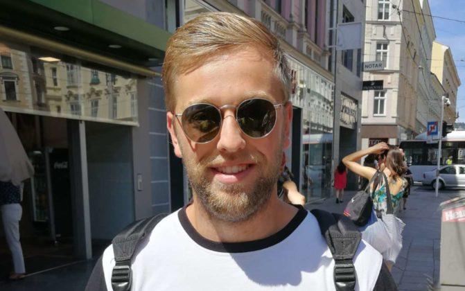 """Stefan Steinhauser (22), Angestellter aus Asten: """"Ich muss sagen, dass ich sehr gerne Fleisch esse. Deshalb bin ich dagegen, eine Steuer auf Fleisch einzuführen. Mein Beitrag zum Klimaschutz ist, dass ich mit dem Zug beziehungsweise der Straßenbahn in die Arbeit fahre. Allerdings fliege ich schon zweimal im Jahr. Carsharing halte ich zudem für eine gute Idee."""""""