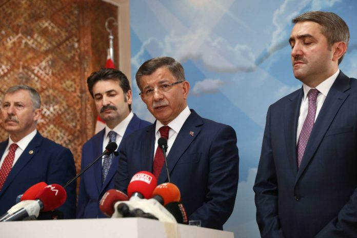 Davutoglu (2. v. r.) kehrt seiner bisherigen Partei AKP endgültig den Rücken.