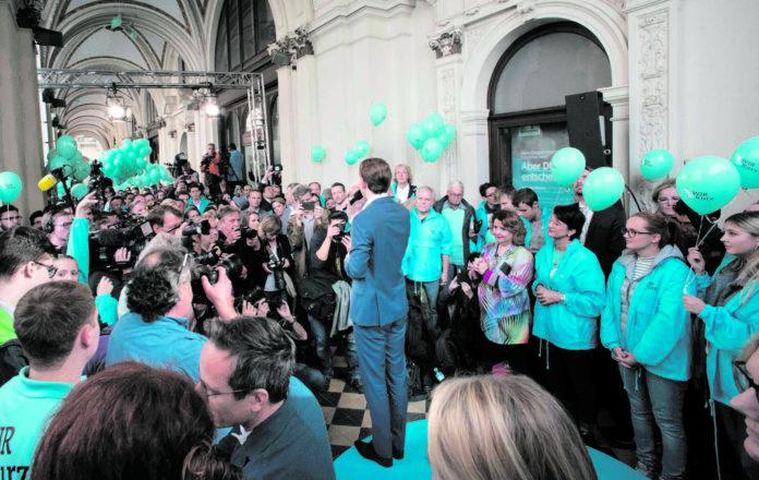 """Rund 300 Sympathisanten und Funktionäre waren beim """"Auftakt zur Schlussoffensive"""" mit ÖVP-Spitzenkandidat Sebastian Kurz vor der Parteizentrale dabei."""