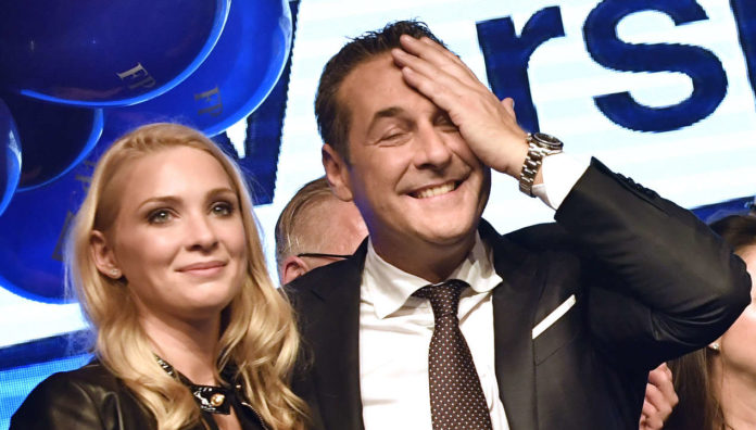 Ein Bild aus jenen Zeiten, als die Welt von Heinz-Christian und Philippa Strache noch in Ordnung war— es stammt vom letzten Nationalratswahltag, dem 15. Oktober 2017.