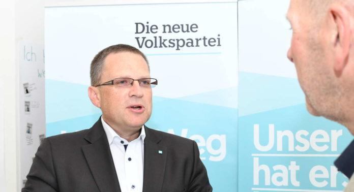 August Wöginger (44) ist seit November 2017 Klubobmann der ÖVP im Nationalrat. Der Innviertler — er stammt aus Sigharting — ist bereits seit dem Jahr 2002 Nationalratsabgeordneter, seit dem Jahr 2016 ist er auch ÖAAB-Bundesobmann. Wöginger ist Landesspitzenkandidat der OÖVP.