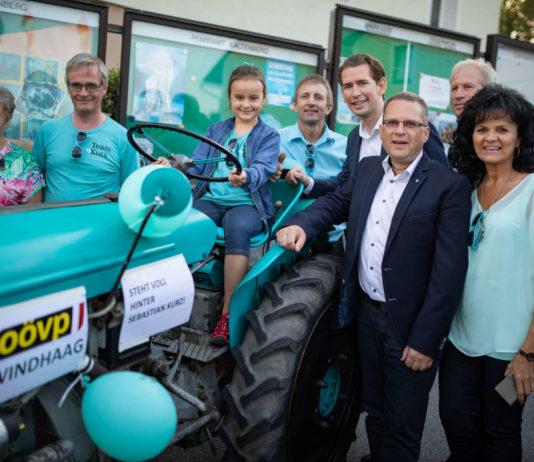 In den letzten Wochen war ÖVP-Spitzenkandidat Sebastian Kurz in ganz Österreich unterwegs — und bekam, wie hier in Kaltenberg im Mühlviertel, sogar einen türkisen Traktor vorgeführt —, heute Abend kommt er nach seinem gestrigen Auftritt in Puls 4 zum zweiten Mal innerhalb von 24 Stunden via TV in die Wohnzimmer der Österreicherinnen und Österreicher. Ab 21.05 Uhr (ORF 2) stellt er sich im ORF-Sommergespräch als letzter der Parteichefs den Fragen von Tobias Pötzelsberger. Am kommenden Samstag ist er ab 10 Uhr Gast auf der Rieder Messe.