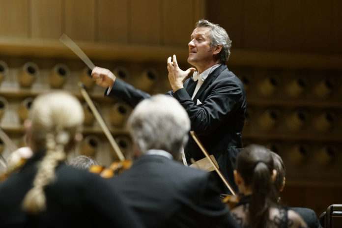 """Begeisterten einmal mehr: Markus Poschner und """"seine"""" Musiker."""