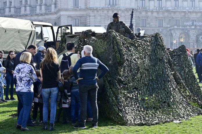 Auch die abgespeckte Leistungsschau des Bundesheeres im Rahmen der Feierlichkeiten zum Nationalfeiertag lockte viele Besucher auf den Wiener Heldenplatz.