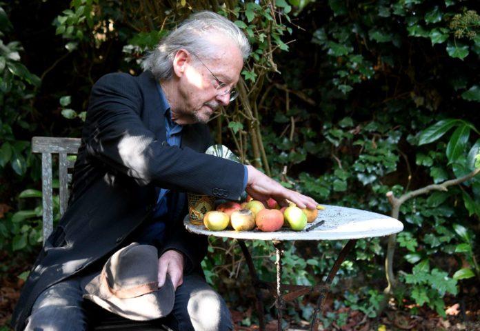 Handke gestern in seinem Garten im Pariser Vorort Chauville.