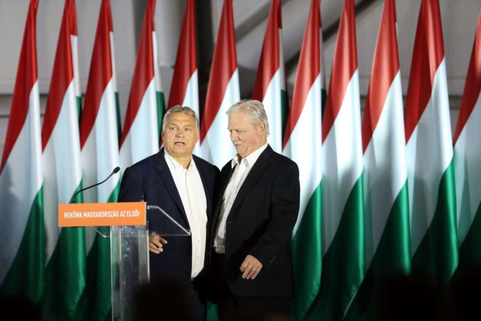 Premier Orban (l.) mit abgewähltem Budapester Bürgermeister Tarlos. Rechts: Sieger Karacsony.