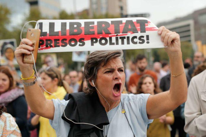 """""""Freiheit für die politischen Gefangenen"""" forderten am Montag in Barcelona tausende wütende Katalanen nach der Verurteilung der neun Separatistenführer zu langjährigen Haftstrafen."""