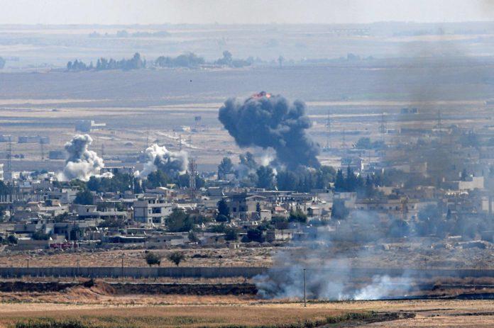 Rauchsäulen über der syrischen Grenzstadt Ras al-Ain zeugen von türkischen Angriffen.
