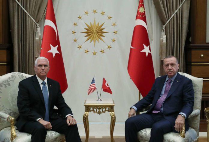 US-Vizepräsident Pence rang Erdogan (oben) gestern eine Waffenruhe ab,. in Nordsyrien (unten) tobte tagsüber noch der Krieg.