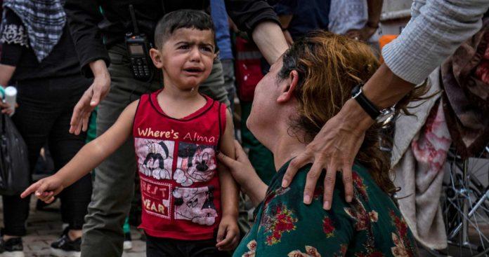 Von wegen Waffenruhe: Verzweifelte Kinder und Frauen trauern nach einem türkischen Luftangriff bei Ras al-Ain um die Toten.