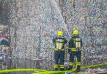 Tonnen von Plastikmüll aus oberösterreichischen Haushalten waren in den brennenden Hallen in Hörsching untergebracht