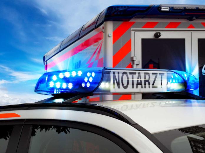Teilansicht Feuerwehreinsatzfahrzeug mit Blaulicht und Notar