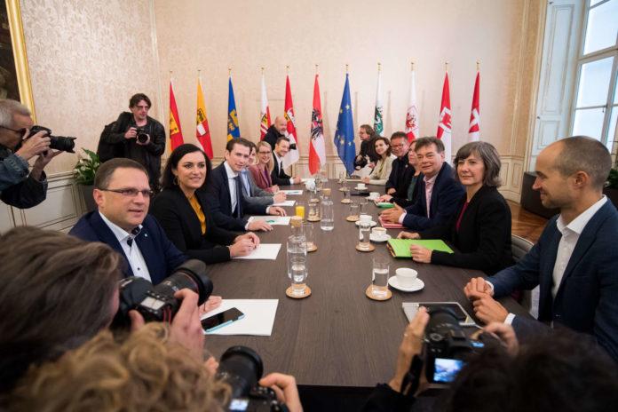 Bei der gestrigen türkis-grünen Sondierungen saßen gleich drei Oberösterreicher am Tisch: Vorne links ÖVP-Klubobmann August Wöginger, auf Seite der Grüne Leonore Gewessler (4. v. r.) und LR Rudi Anschober (5. v. r.). Sie werden sich in nächster Zeit noch öfter treffen.
