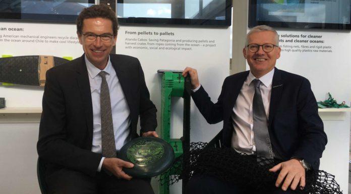 Stephan Kubinger (WKOÖ, l.) und Erema-Chef Manfred Hackl (r.) mit Kunststoff-Produkten, die aus recycelten Materialien hergestellt wurden.