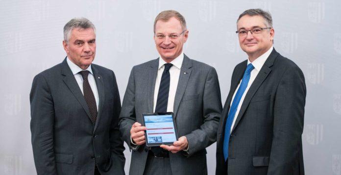 Landesamtsdirektor Erich Watzl, Landeshauptmann Thomas Stelzer und Roland Krenner (Leiter der Abteilung IT des Landes OÖ) präsentierten gestern die App.