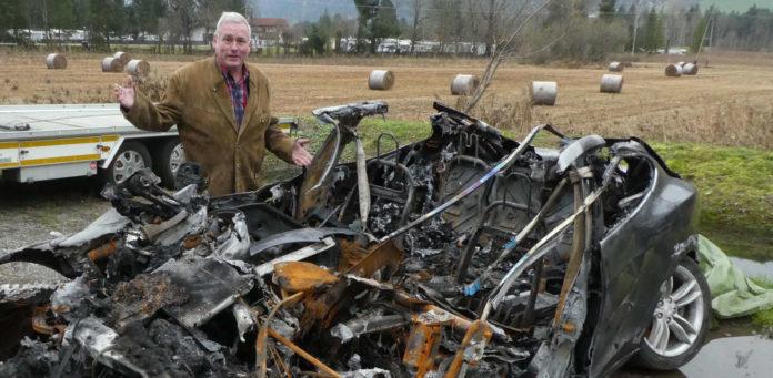 Der Tesla von Dominik Freymuth ist voll ausgebrannt, doch niemand will das Wrack entsorgen.