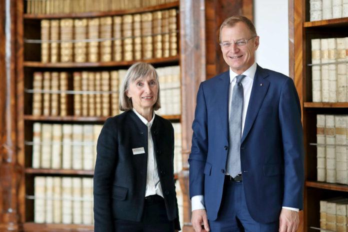 Renate Plöchl, Direktorin der Oö. Landesbibliothek, und Landeshauptmann Thomas Stelzer im barocken Lesesaal