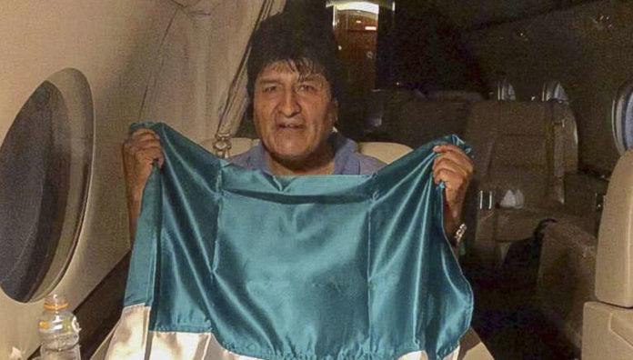 Morales posierte mit einer mexikanischen Flagge im Flugzeug, das ihn ins Exil und damit in Sicherheit brachte.