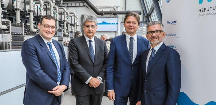 V. l.: Bart Biebuyck (Executive Director FCH JU), Wolfgang Hesoun (Vorstandsvorsitzender Siemens), Wolfgang Anzengruber (CEO Verbund) und Herbert Eibensteiner (CEO voestalpine) vor der Pilotanlage