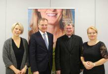 V. l.: Barbara Lanzerstorfer-Holzner, LH Stelzer, Bischof Scheuer und Silvia Breitwieser (Leiterin TelefonSeelsorge OÖ).