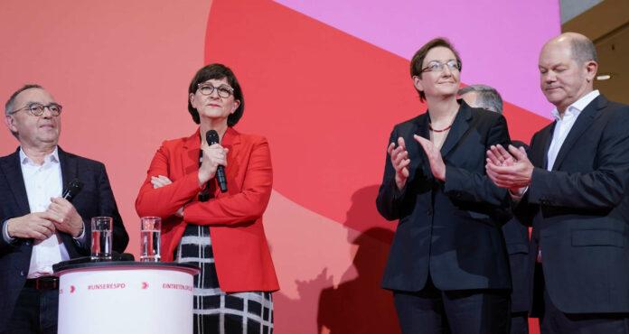 Tief gespalten (v. l.): Die neue SPD-Spitze Walter-Borjans und Saskia Esken mit dem unterlegenen Duo Klara Geywitz und Olaf Scholz.