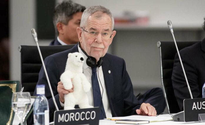 Mit einem Kuschel-Eisbären hat Bundespräsident Alexander Van der Bellen (l.) seine Rede am Eröffnungstag der 25. UN-Klimakonferenz in Madrid gehalten.