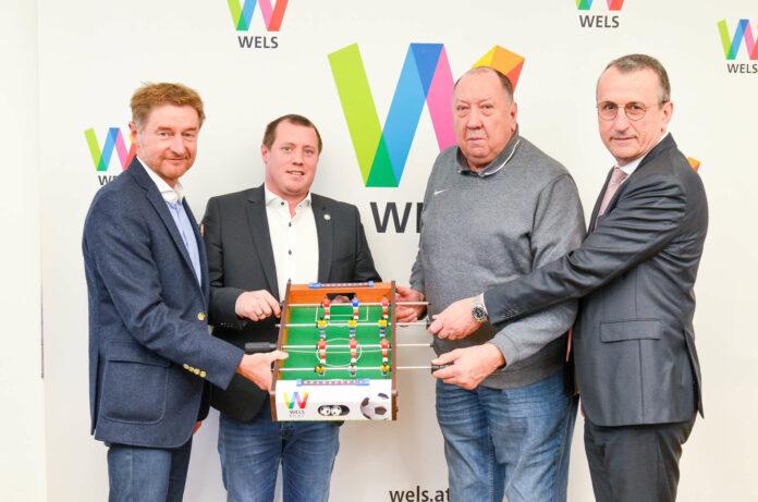 Sportreferent Vizebürgermeister Gerhard Kroiß, die Obmänner Roland Golger (WSC Hertha) und Juan Bohensky (FC Wels) sowie OÖFV-Präsident Gerhard Götschhofer (von links).