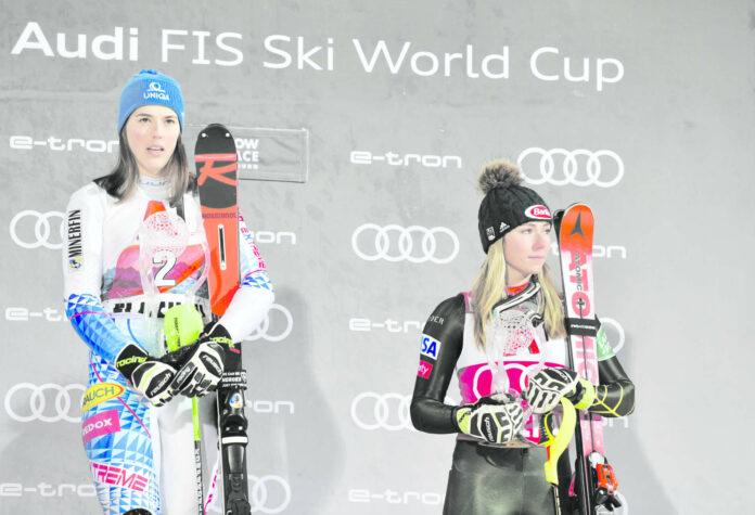 Ein Siegerbild mit ihr selbst nur auf Rang drei behagt Mikaela Shiffrin (rechts) sichtlich wenig.