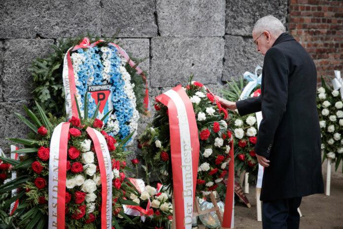 Bundespräsident Van der Bellen bei der Kranzniederlegung in Auschwitz.