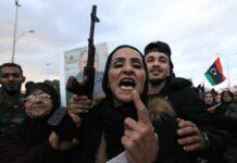 Libyer protestieren gemeinsam mit Syrern in Bengasi gegen die türkische Militärintervention.
