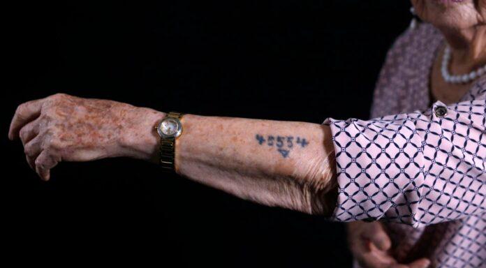 Holocaust-Überlebende Batcheva Dagan zeigt ihre Auschwitz-Gefangenennummer 45554. Ihre gesamte Familie wurde von den Nazi-Schergen getötet.